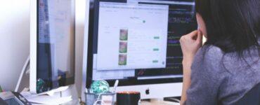 Empleada trabajando frente al ordenador